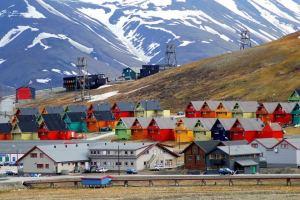 longyearbyen-colourful-homes